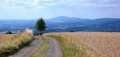 Ještěd v dáli, pohled z okraje Českého ráje, od vyhlídky nad obcí Morcinov