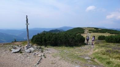 Rozcestí u Krakonoše, ten leží vpravo na horizontu