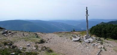 Rozcestí u Krakonoše, dole údolí Svatopetrského potoka