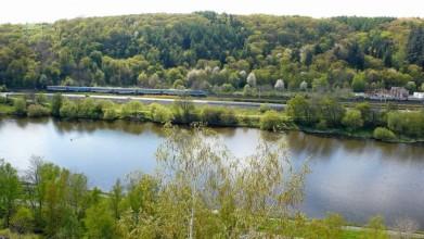 Z hradiště Zámka - přes řeku je trať do Roztok
