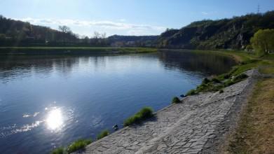 Klecany dole u řeky - druhá z klecanských vyhlídek je na skále vpravo