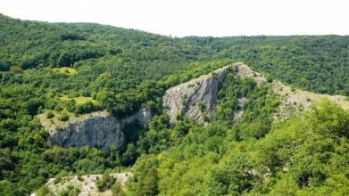 Skála Mramor při pohledu ze skal nad Hostimí