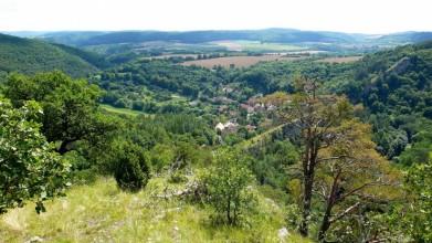Ze skal nad Hostimí - pohled k jihu, do údolí Loděnice