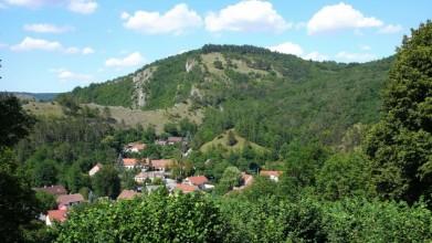 Skála nad Hostimí, pohled ze silnice vedoucí z obce směrem na Srbsko - následujcíích 10 snímků je pořízeno z míst nahoře na svahu, kde nejsou stromy