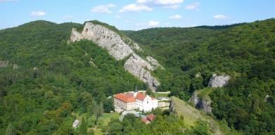 Svatý Jan pod Skalou, ona skála je přímo nad klášterem. Na jejím vrchu je vyhlídka, která je turisticky frekventovaná. Na rozdídl od skály, z níž je pořízena tato fotografie, kam skoro nikdo nechodí.