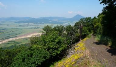 Cesta na Lovoš, vzadu Milešovka