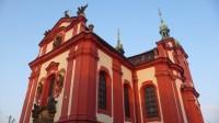 Kostel osvítilo zapadající slunce