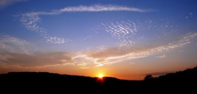 Západ slunce 11. srpna, kopečky na obzoru jsou u Vysokého Chlumce u Sedlčan