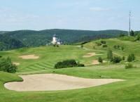 Golf může být drahým sportem, to když budete chtít hrát jen na exkluzivních hřištích. Zde jedno z nich: Karlštejn.