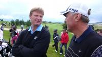 Golf je někdy prezentován jako sport horních deseti tisíc, ale není to pravda. Byť ho hrají i premiéři (M. Topolánek vpravo, vlevo jihoafrický špičkový hráč Ernie Els).
