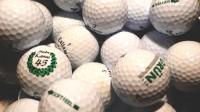 Nezbytností jsou míčky. Golfista jich hodně poztrácí, v zásobě by jich měl mít doma několik desítek.