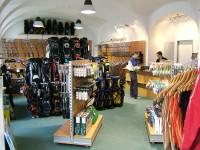 Golfový obchod nabízí vše, co golfista potřebuje, ale nakupovat lze také přes internet. Vyjde to levněji.