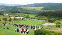 V Česku hrají už desítky tisíc hráčů, ale golf není diváckým tahákem. Když se koná nějaká akce, přijde obvykle jen pár stovek diváků. Exhibice Ernieho Else na Karlštejně.