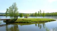 Golf přitahuje i proto, že nabízí relaxaci v přírodě. Golfové hřiště je pěkným prostorem – dokazuje to i ostrovní jamka na hřišti Dýšina u Plzně.