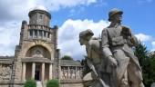 Věž Samostatnosti a sousoší legionářů