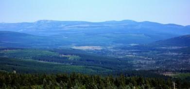 Velká Jizerská louka ze Smrku - je vidět uprostřed. V pozadí Krkonoše, vlevo Vysoké Kolo, 1 509 metrů s budovou TV vysílače. Vporavo je nejvyšší horou Kotel, 1 435 metrů