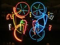 Cyklistika proniká i do umění: neonová fontána v Berlíně, městě, které je cyklistům velmi nakloněno