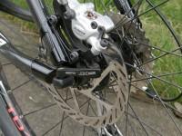 Moderní kotoučová brzda. Její servis je náročnější, je dobré ho svěřit cykloservisu.
