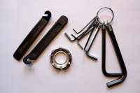 Montovací páky na výměnu duše (vlevo), centrovací klíč na výplet (uprostřed), sada imbusových klíčů.