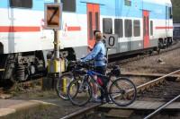 Příměstské vlaky jsou k cyklistům vstřícné, do automaticky otevíraných dveří lze snadno nastoupit.