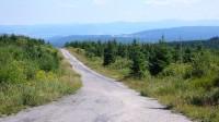 Horský terén s asfaltovou silničkou: do hor je dobré jezdit jen na horských kolech, mají na to ideální převody.
