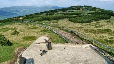 Řopík v Krkonoších, u mohyly Hanče a Vrbaty, ve výšce 1 400 metrů