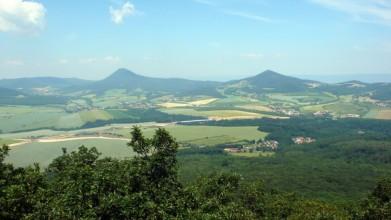 Vlevo Milešovka, vpravo Kletečná (706 m)