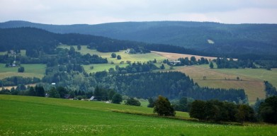 Jižní část hřebene hor, vlevo Anenský vrch, dole Říčky
