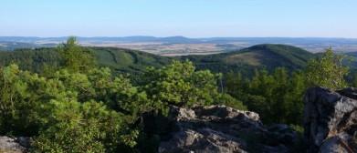 Vraní skála na okraji Křivoklátska, u Točníku, na obzoru Brdy